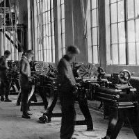 apprendisti al lavoro nella sala macchine di una scuola professionale 1924_square